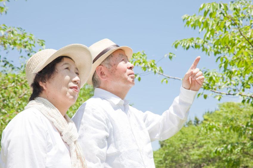夫婦ふたりで老後生活を送る上で最低限必要と考えられる「最低日常生活費」は月に約22万円※、「ゆとりある老後生活費」は約35.4万円